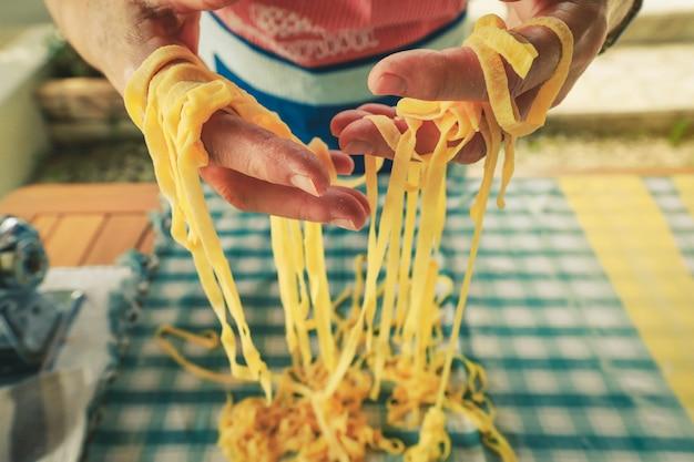 自家製イタリアンパスタ、生パスタを作る人の手