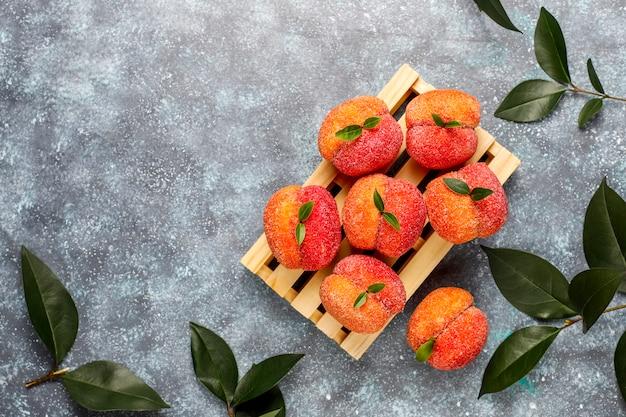 Домашнее итальянское персиковое печенье в кремовой начинке, вид сверху