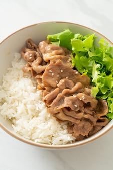 Домашний японский домбури со свининой и рисом