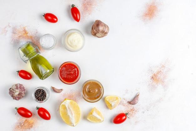 Ketchup fatto in casa, senape e salsa di maionese.