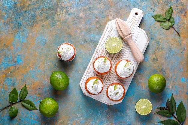 휘핑 크림과 라임 묘미, 선택적 포커스와 함께 만든 키 라임 컵 케이크