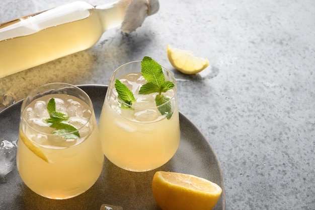 Домашний полезный напиток из чайного гриба в стаканах с лимоном