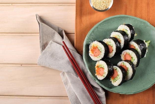 Домашний корейский рисовый рулет или кимбап с овощами и крабовыми палочками