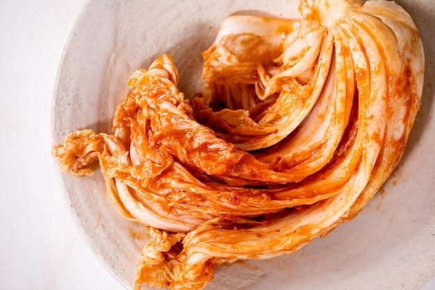 수제 한국 전통 발효 전채 김치 배추를 세라믹 접시에 담았습니다. 평면 위치, 복사 공간
