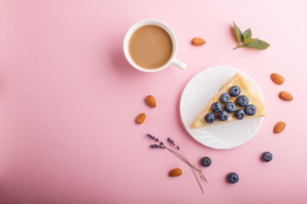 自家製の層状ナポレオンケーキとミルククリーム。ブルーベリー、アーモンド、クルミ、ヘーゼルナッツ、ミントで飾られた