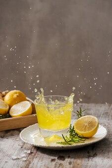 Домашний органический пробиотический напиток с лимоном и имбирем, копией пространства.