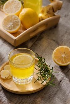 自家製レモンと生姜のオーガニックプロバイオティクスドリンク、コピースペース。