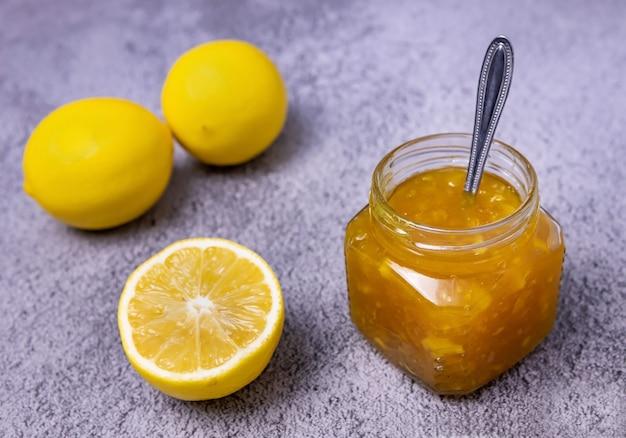 유리병에 담긴 수제 레몬 잼