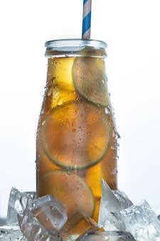 Домашний лимонад холодный чай красочный ледяной напиток с листьями мяты лимона в стакане со льдом