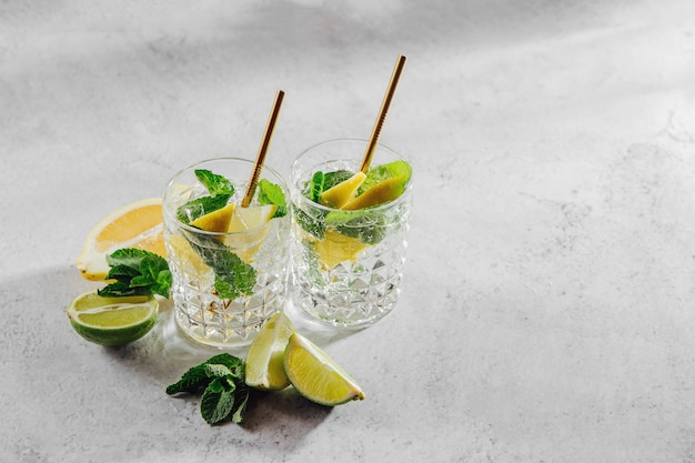 Домашний лимонад. летние напитки со свежими цитрусовыми и льдом.