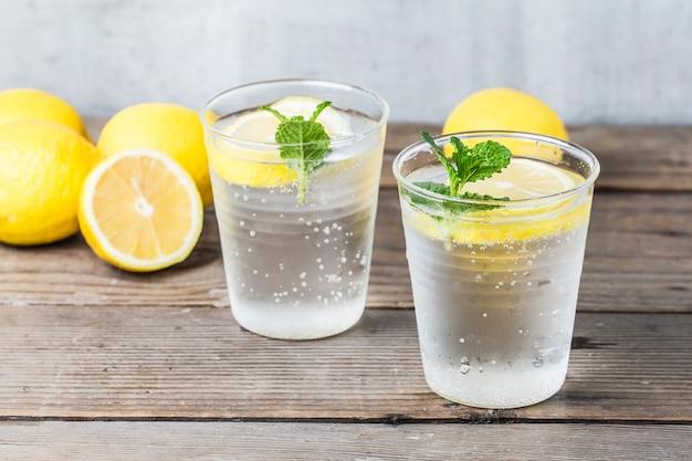 新鮮なレモンとミント自家製レモネード