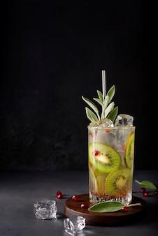 キウイスライスとザクロの種をグラスに入れた自家製レモネード