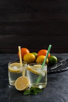 Домашний лимонад с мятой из лимона и апельсина, освежающий цитрусовый напиток в стакане
