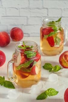 Домашний лимонад с персиками и листьями мяты