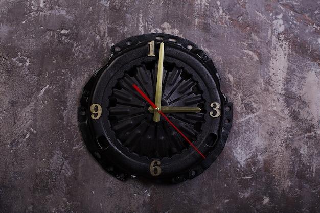 自動車部品ピストンクラッチバスケットで作られた自家製ロフトスタイルの時計
