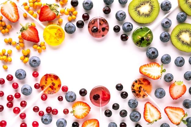 Домашние леденцы на палочке из натуральных обезвоженных фруктов и ягод. здоровая закуска flat lay
