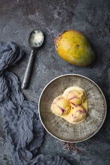 新鮮な果物とボウルに自家製マンゴーアイスクリーム