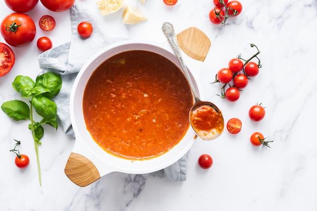 白いボウルの食べ物の写真で自家製マリナーラパスタソース