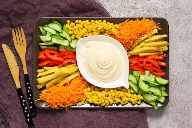 Домашний майонезный соус. блюдо с набором красочных овощей. русский салат из козы в саду. вид сверху