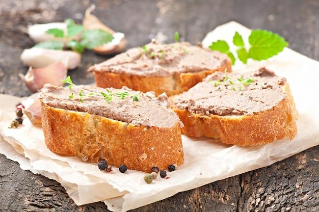Домашняя мясная закуска из паштета из куриной печени с пикантными и оливками