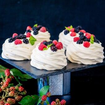 Домашняя безе основа для торта павлова со свежей черникой и blackberry и сахарной пудрой