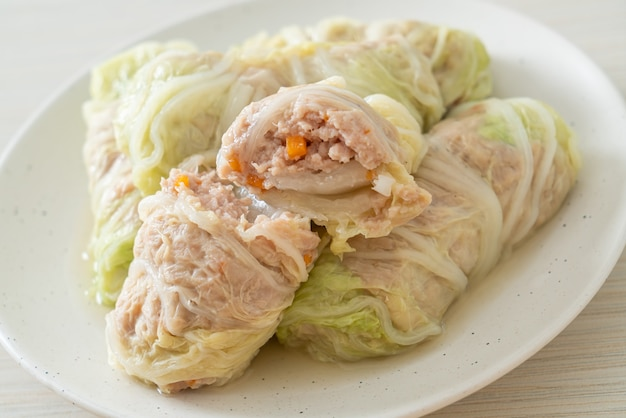 Домашний фарш из свинины, завернутый в пекинскую капусту, или фарш из тушеной капусты, фарш из свинины