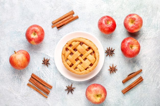 Домашний яблочный мини-пирог с корицей.