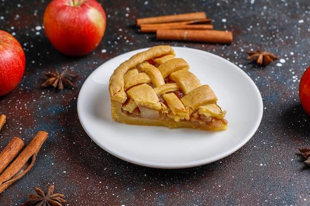 계피와 함께 만든 미니 애플 파이.