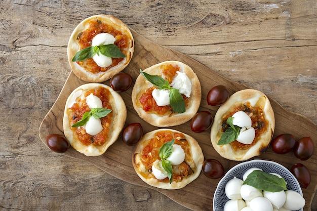 トマト、モッツァレラチーズ、バジルの自家製ミニピザマルガリータ