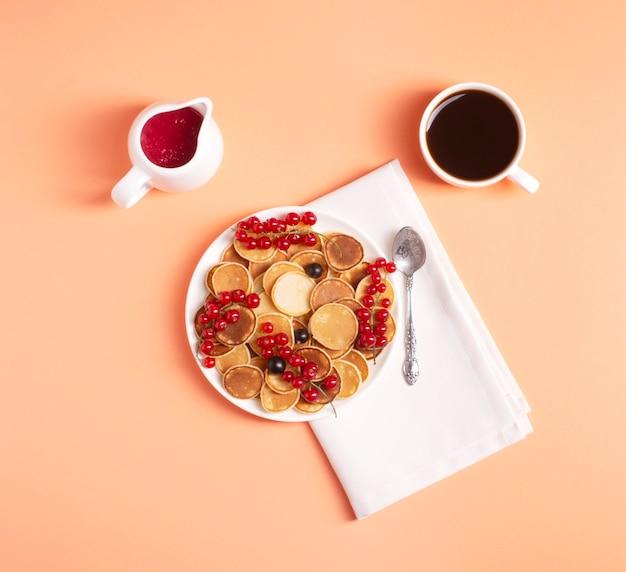 桃に赤スグリを添えた白いプレートの自家製ミニサシェ