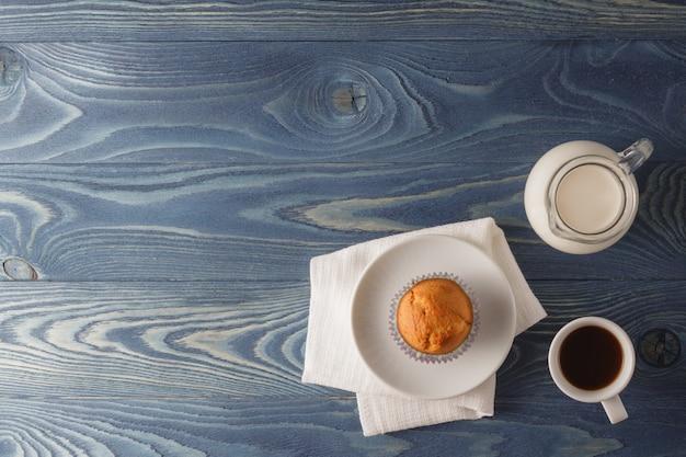 Домашние кексы с яблоком на деревянном столе