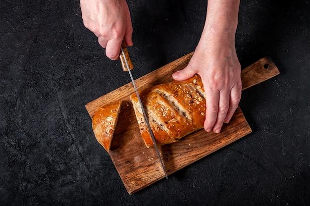 아마와 참깨로 만든 수제 곡물 빵