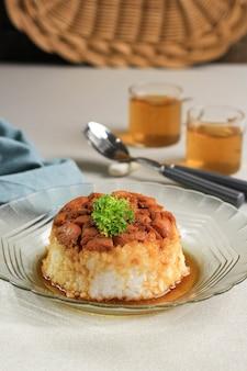 自家製ナシティムアヤム、さいの目に切ったチキン醤油とご飯。朝食のためのインドネシアのコンフォートフード