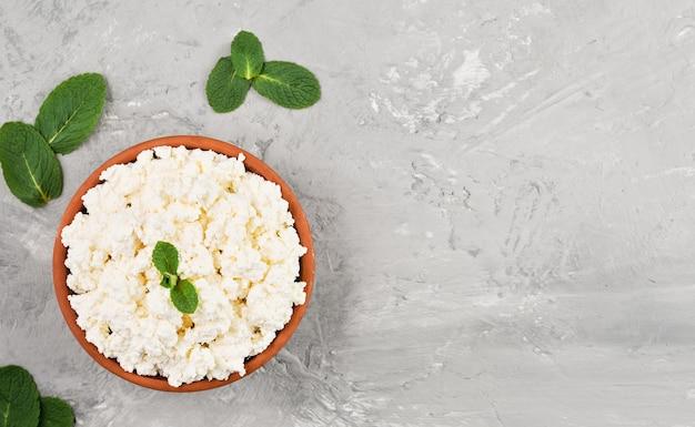 복사 공간 회색, 상위 뷰에 점토 그릇에 만든 천연 코티지 치즈
