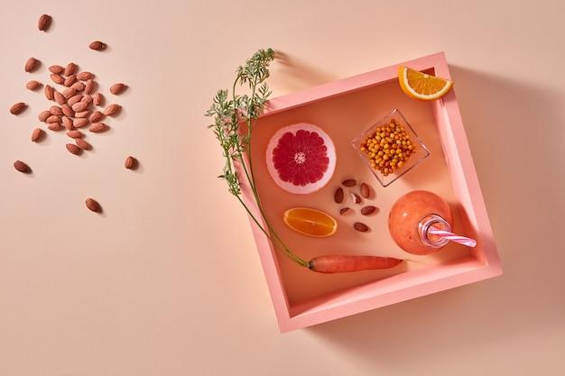 グレープフルーツ、オレンジ、ベリーで作られた自家製の天然有機スムージー