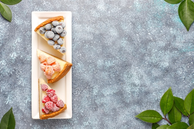 Домашний нью-йоркский чизкейк с замороженными ягодами и мятой, полезный органический десерт, вид сверху