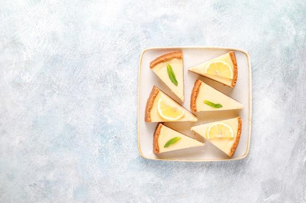 레몬과 민트, 건강 한 유기농 디저트, 평면도와 홈 메이드 뉴욕 치즈 케이크