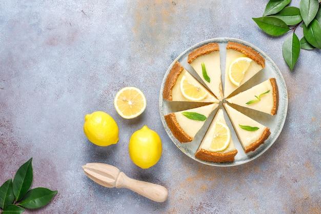 Домашний нью-йоркский чизкейк с лимоном и мятой, полезный органический десерт, вид сверху