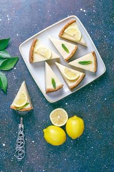 Cheesecake di new york fatto in casa con limone e menta, dessert organico sano, vista dall'alto