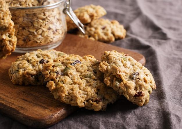 Домашнее овсяное печенье на темно-сером или коричневом фоне, здоровая закуска, копия пространства