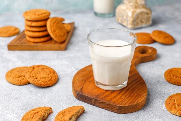 Домашнее овсяное печенье с чашкой молока.