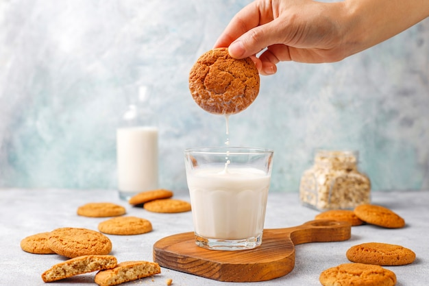 우유 한잔과 함께 만든 오트밀 쿠키.
