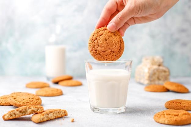 一杯の牛乳と自家製オートミールクッキー。