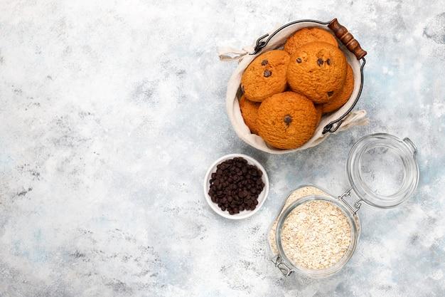 Домашнее овсяное печенье с шоколадной крошкой на бетоне