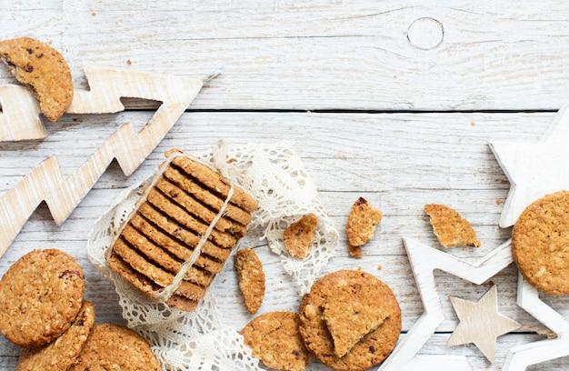 Домашнее овсяное печенье с елочными украшениями