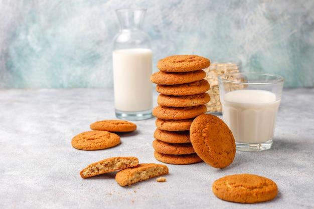 Biscotti di farina d'avena fatti in casa con una tazza di latte.
