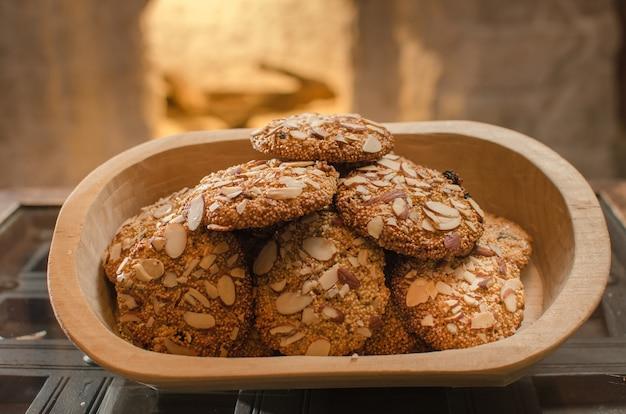 나무 그릇에 씨앗으로 만든 오트밀 쿠키