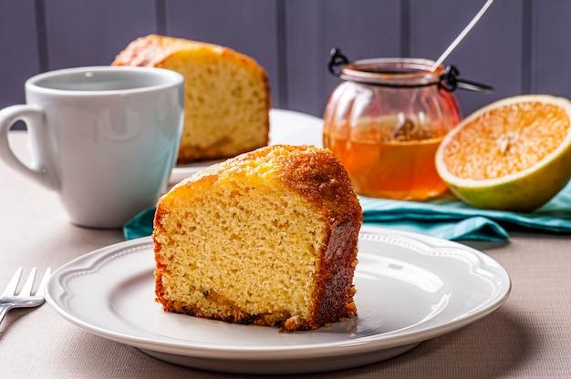 自家製オレンジケーキ。ケーキとコーヒーのカップとテーブル
