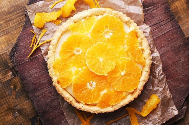 Домашний апельсиновый пирог на деревянном столе