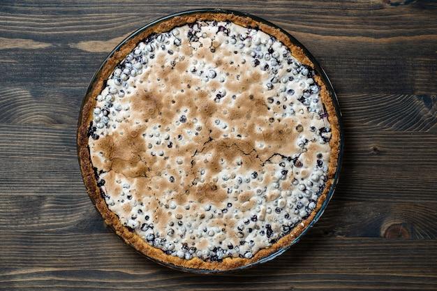 집에서 만든 유기농 블루베리 파이 디저트는 먹을 준비가 되어 있고 닫습니다. 블루베리 머랭 파이